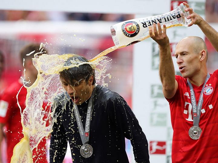 Роббен облил Ковача пивом во время празднования чемпионства «Баварии» - ВИДЕО