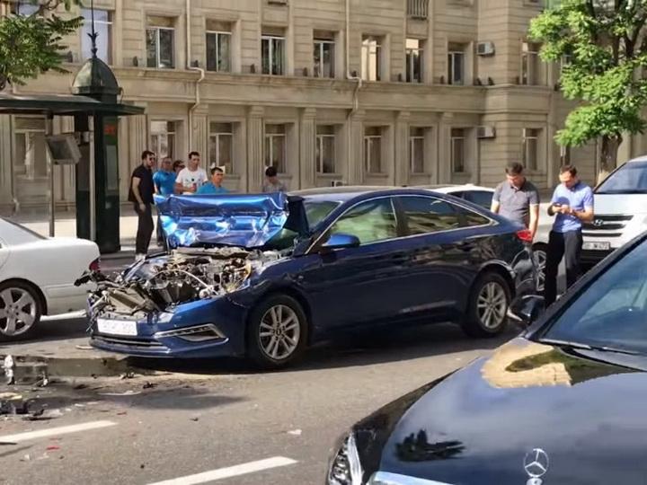 В центре Баку автомобиль врезался в армейский грузовик - ВИДЕО