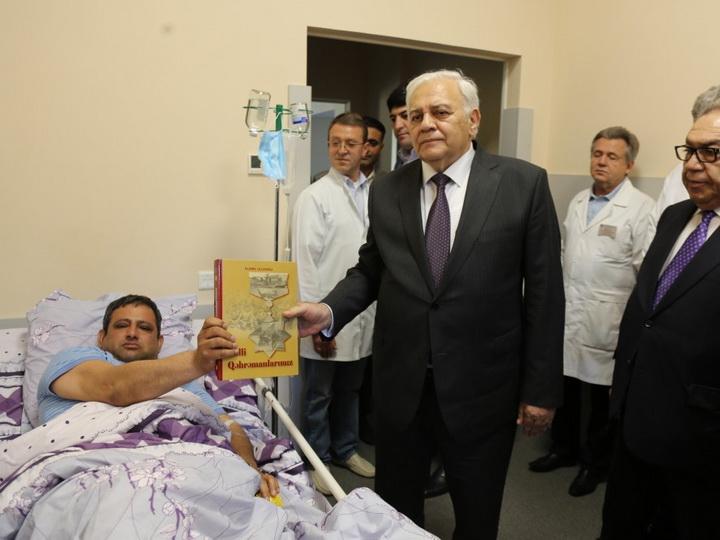 Огтай Асадов встретился с проходящим лечение в Киеве Национальным героем - ФОТО