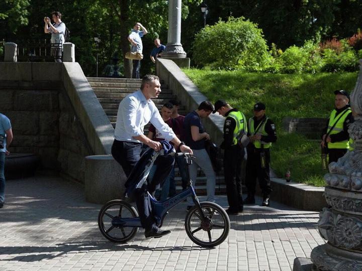 Кличко приехал на инаугурацию Зеленского на велосипеде - ФОТО - ВИДЕО