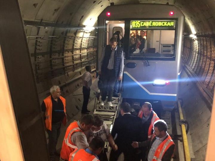Три поезда с пассажирами застряли в московском метро