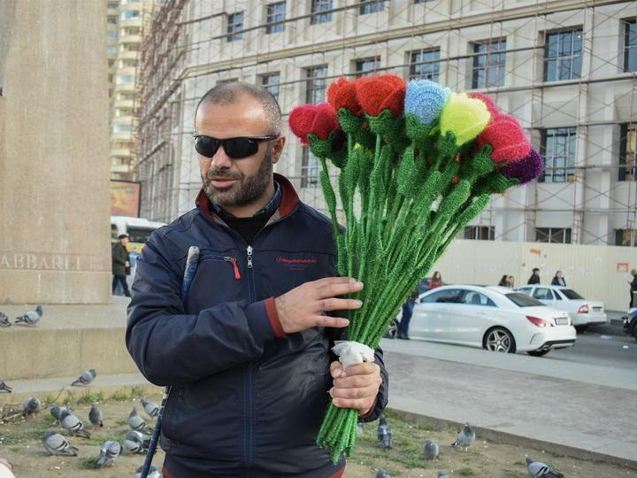 «Хоть я слепой, но из моих глаз тоже текут слезы!»: Продавец роз Эльчин о жизни после обвинений в ростовщичестве - ФОТО