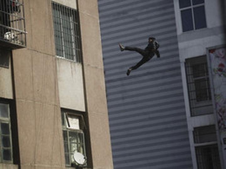 В Баку 17-летний парень бросился с 10-го этажа - ВИДЕО