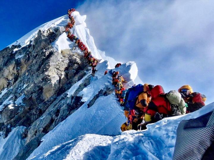 Длинная очередь навершину Эвереста убила туристов