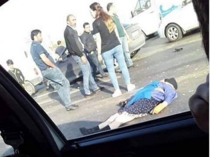 В Баку автомобиль сбил уборщицу на дороге – ФОТО