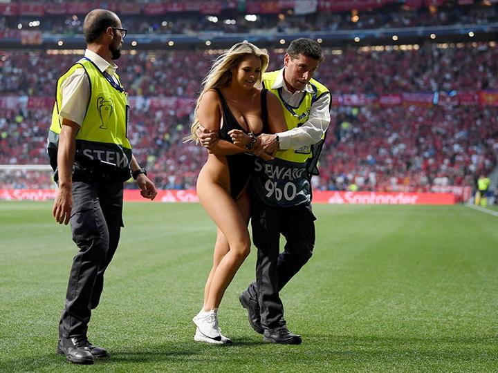Полуголая болельщица выбежала на поле во время финала Лиги чемпионов - ФОТО - ВИДЕО