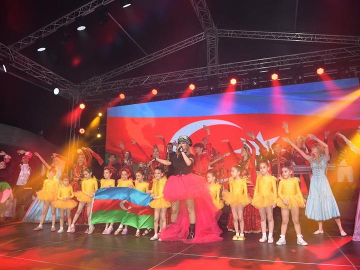 Heydər Əliyev Mərkəzinin parkında Xalq artisti Aygün Kazımovanın konserti olub - FOTO