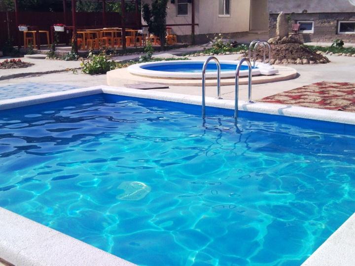 В Новханах мужчина прыгнул в бассейн со второго этажа и умер