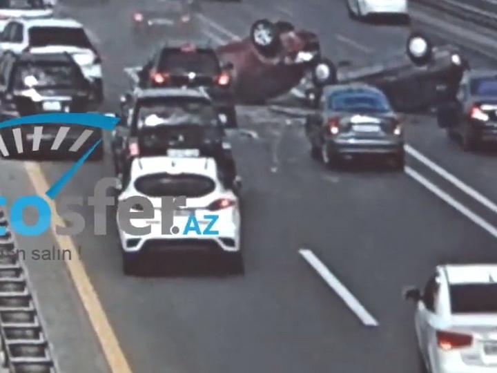 Новые кадры страшного ДТП на аэропортовской трассе: Две машины перевернулись, семь разбиты – ВИДЕО