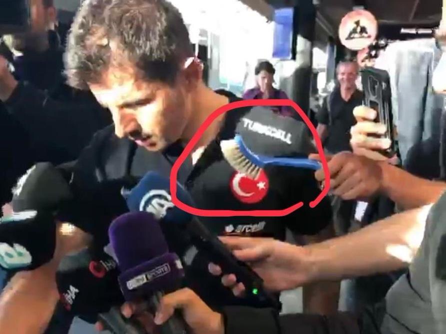 Человек, протянувший футболисту сборной Турции туалетную щетку, рассказал о своем поступке – ВИДЕО