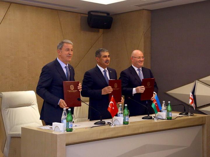 Состоялась трехсторонняя встреча министров обороны Азербайджана, Турции и Грузии - ФОТО