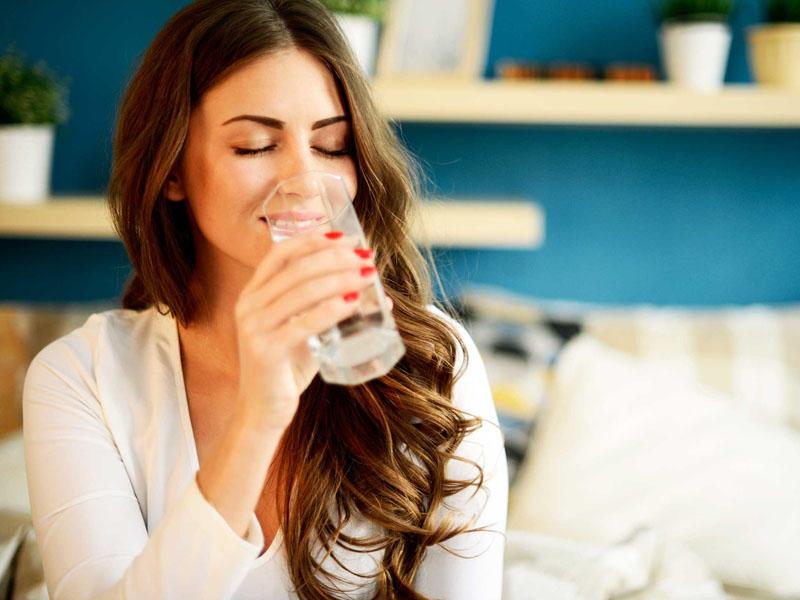 Ac qarına su içməyin saysız faydaları