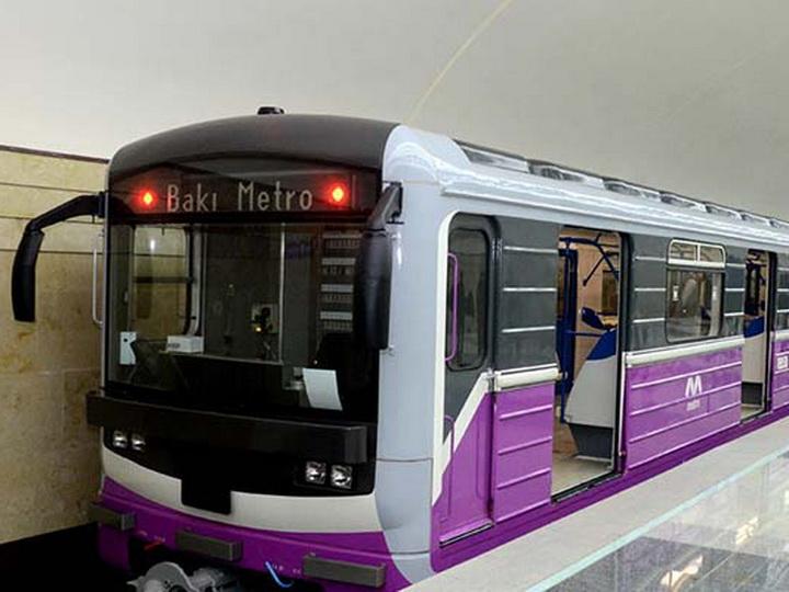 «Поймали в последний момент»: В Бакметрополитене девушка хотела броситься под поезд