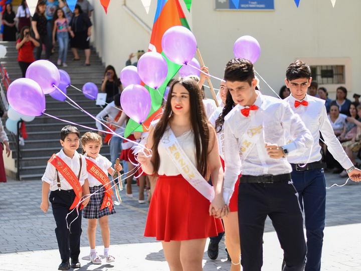 «Школа, прощай!»: В Баку звенит «Последний звонок» - ФОТОРЕПОРТАЖ