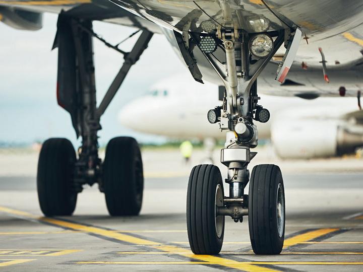 В аэропорту в Нью-Джерси самолет выкатился за взлетно-посадочную полосу