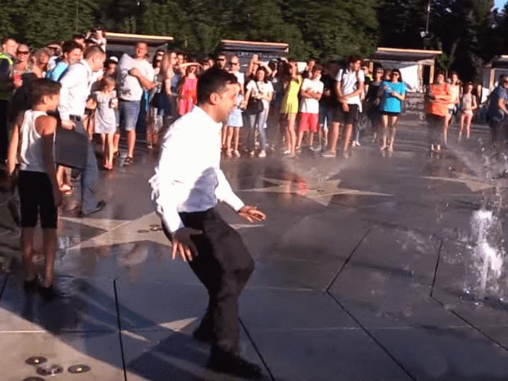 Президент Зеленский «убежал» от мариупольцев через фонтан - ВИДЕО
