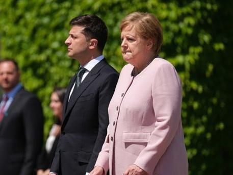 Зеленский о приступе Меркель: Поверьте, она была в безопасности - ВИДЕО