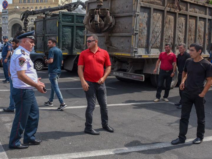 Машины с металлоломом у здания правительства Армении - ФОТО