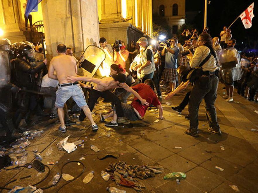 Tbilisidə etiraz aksiyası zamanı 240 nəfər yaralanıb - VİDEO