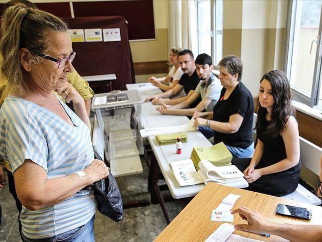 Жители Стамбула голосуют на повторных муниципальных выборах