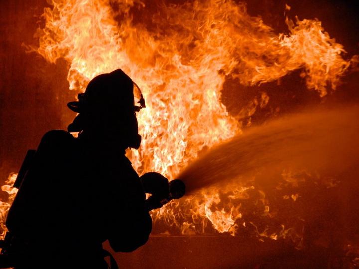 На плавучей буровой установке в Баку произошел пожар