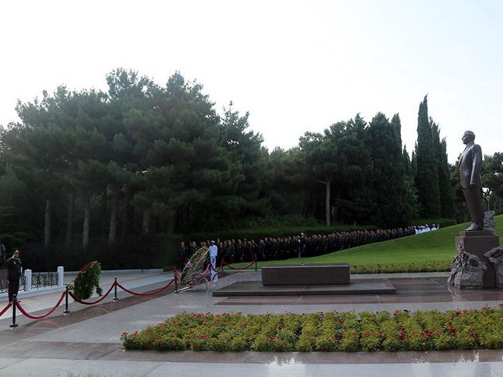 Руководство Минобороны посетило Аллею почетного захоронения и Аллею шехидов – ФОТО
