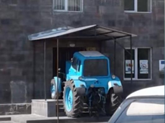 В Армении крестьяне заблокировали трактором здание суда