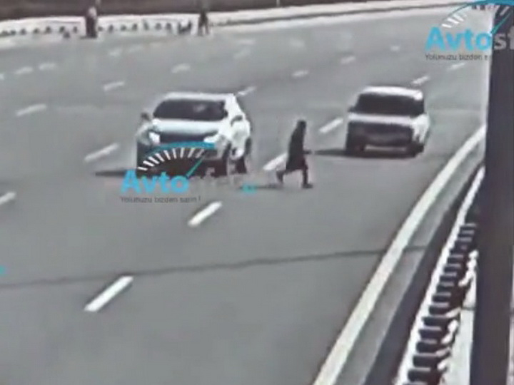 В Баку автомобиль оторвал женщине ногу