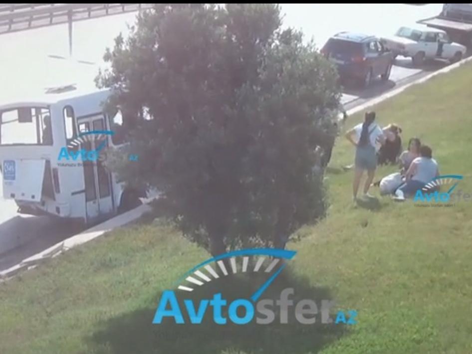 В Баку эвакуатор протаранил автобус, полный людей: Есть пострадавшие