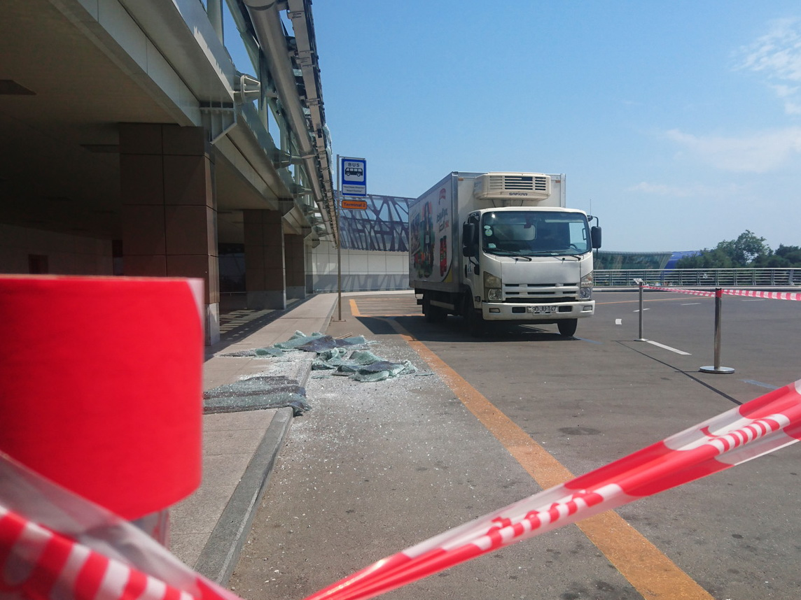 На территории Международного аэропорта Гейдар Алиев произошло ДТП - ФОТО