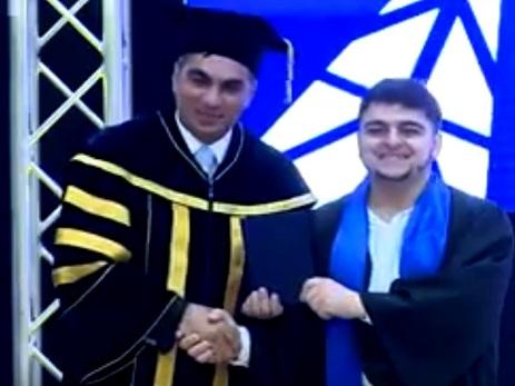 Ali məktəb tələbəsi rektordan diplomu oynaya-oynaya aldı – VİDEO