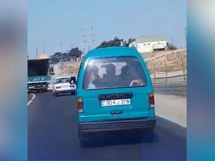 В Баку водитель перевозил детей в багажнике - ВИДЕОФАКТ