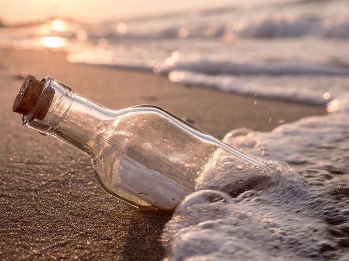 В Австралии на пляже нашли письмо в бутылке, брошенное в море 50 лет назад