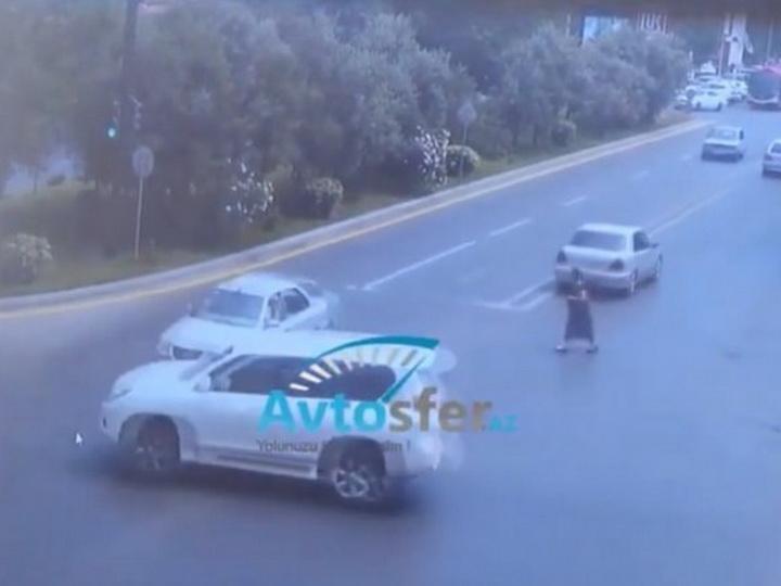 В Баку седан протаранил Prado, проехавший на «красный» - ВИДЕО