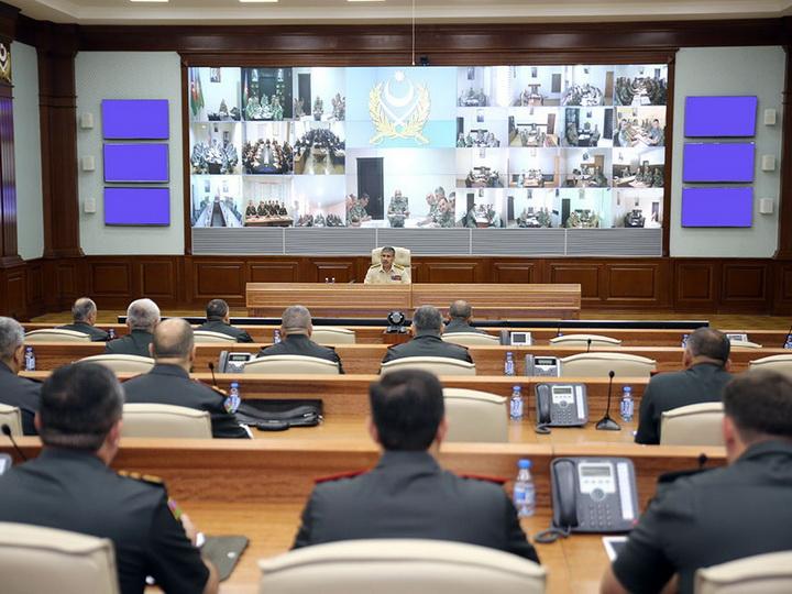 Министр обороны Азербайджана провел служебное совещание