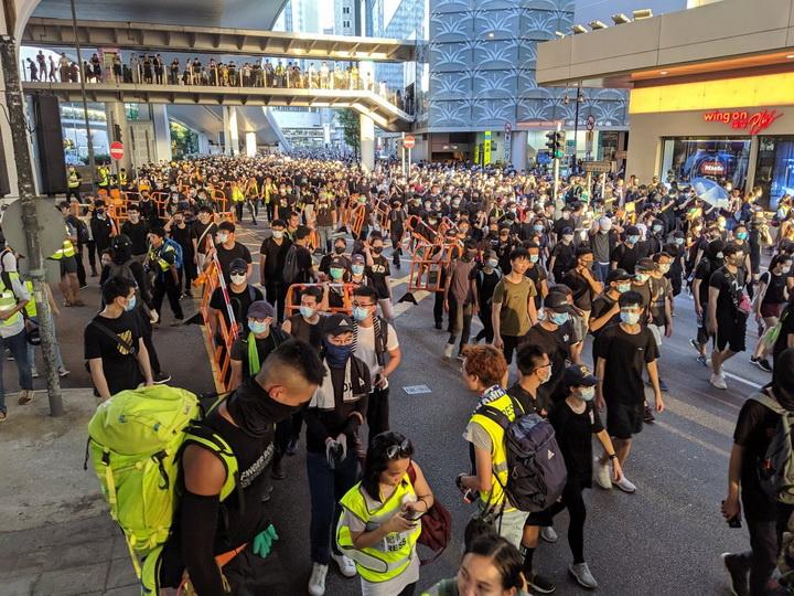 Протестующие в Гонконге начали собираться у штаб-квартиры полиции - ФОТО