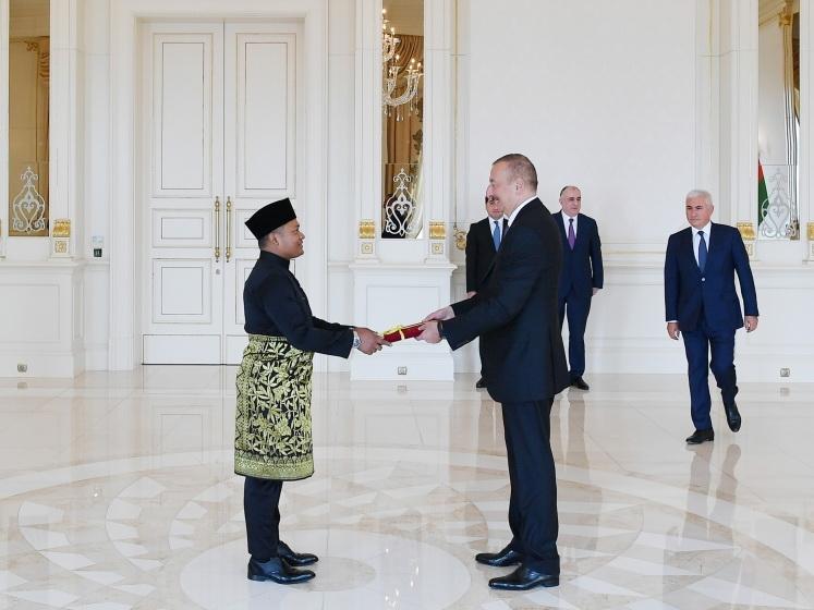 Президент Ильхам Алиев принял верительные грамоты новоназначенного посла Малайзии в Азербайджане
