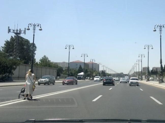 «Нет перехода, а перейти надо»: В Баку женщина с младенцем перебегала проспект перед машинами – ФОТОФАКТ