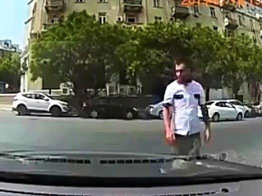 «Парковщик» угрозами вымогает деньги у бакинского водителя: «Подставим ногу под колесо» - ВИДЕОФАКТ