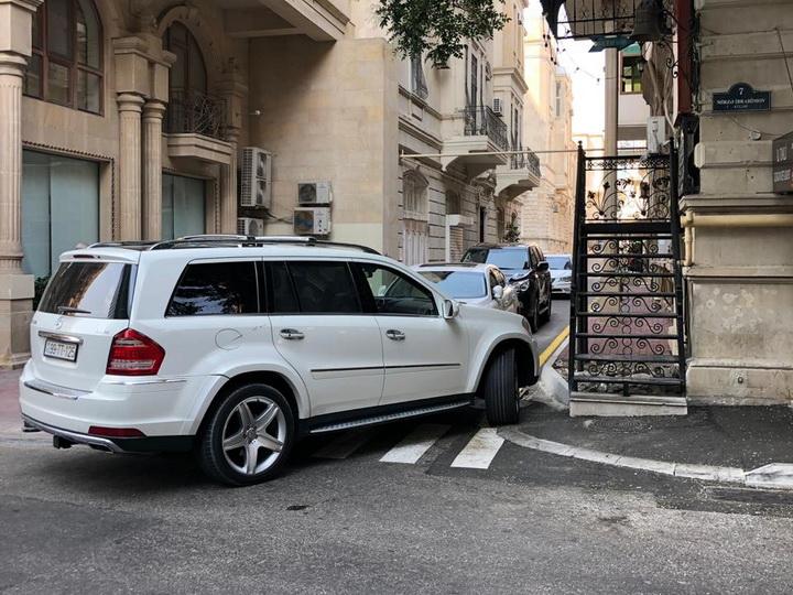 Водитель дорогой машины нагло заблокировал «зебру» в центре Баку - ФОТОФАКТ