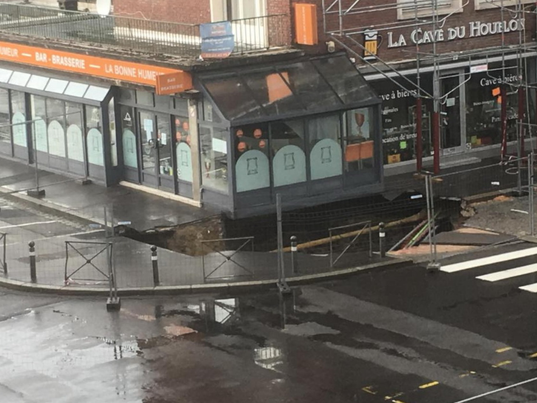 Во французском городе часть улицы ушла под землю - ВИДЕО
