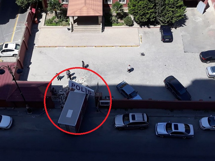 В Баку грузовик протаранил полицейский участок - ФОТО
