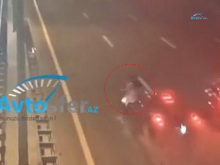 Переходила трассу ночью: Автомобиль насмерть сбил женщину в Баку - ВИДЕО
