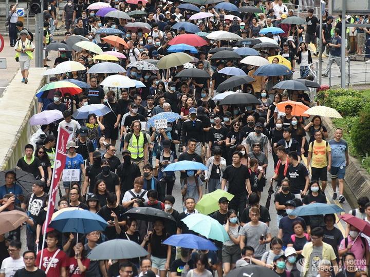 В Гонконге десятки тысяч протестующих вышли на марш