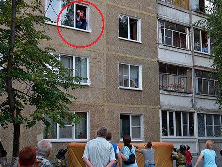 Пьяный отец пытался выкинуть из окна многоэтажки младенца - ВИДЕО