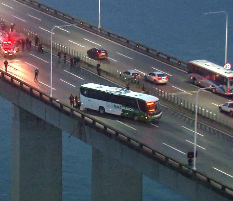 В Рио-де-Жанейро снайпер полиции убил захватчика автобуса с заложниками- ФОТО- ОБНОВЛЕНО