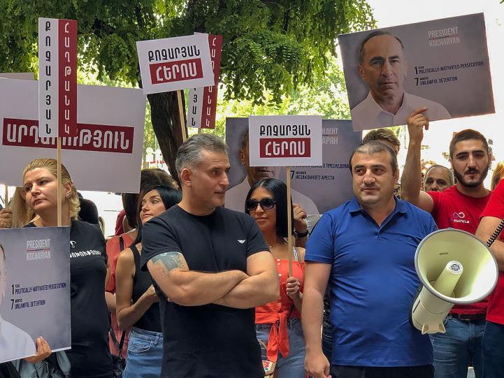 Сторонники Кочаряна проводят акцию возле посольства Франции
