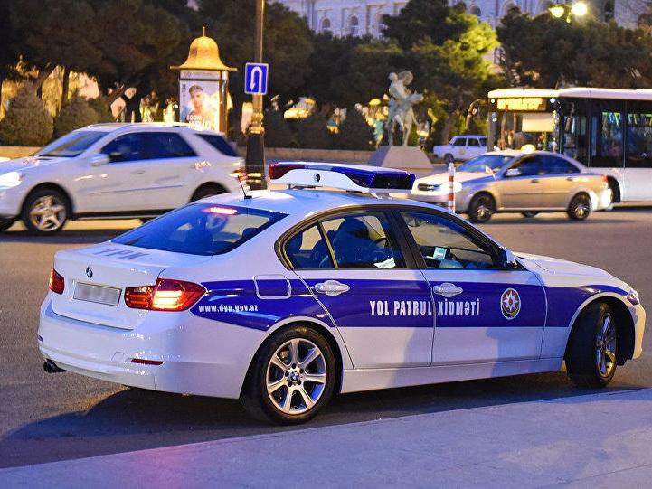 В Баку автохулиган напал на инспекторов Дорожной полиции с ножом для нарезки донера
