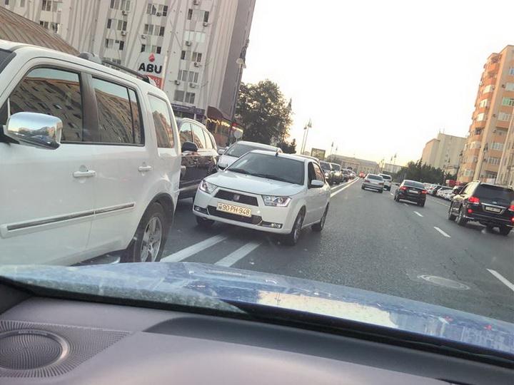 По «встречке» как по бульвару: Очередной наглый бакинский водитель угрожает другим – ФОТОФАКТ