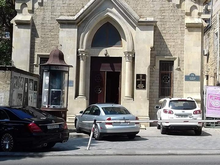 В центре Баку тротуар превратили в парковку – ФОТОФАКТ